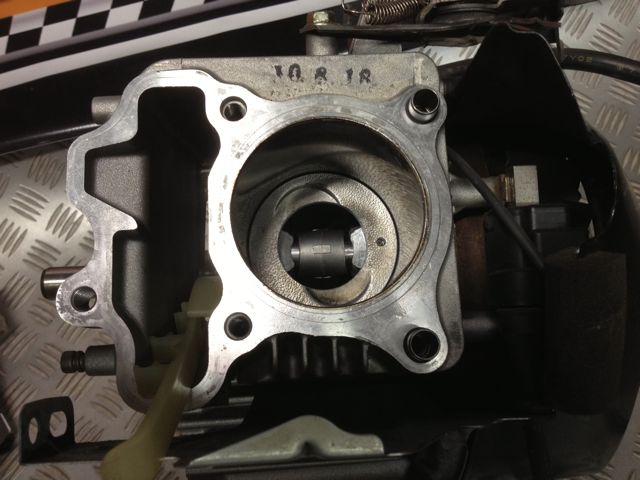 hole-in-piston-ex21-subaru